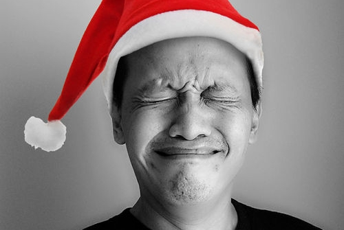Hombre ojos serrados con sombrero de santa drama