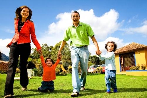 Familia al frente de su casa refinanciar