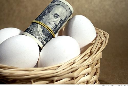 Huevos en una canasta con dinero fondo mutuo