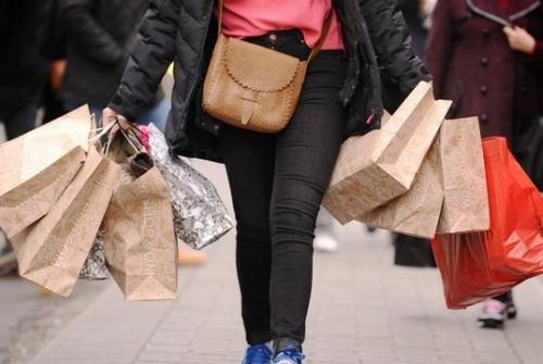 Persona con bolsas en mano, el cancer financiero
